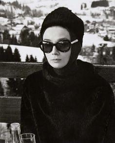 11fee6c470 Audrey Hepburn in sunglasses. Love her winter look - skiing chic. Audrey  Hepburn Style