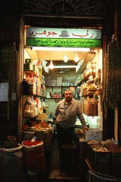 """Handlarz #Damaszek, fot. """"Tra-ta-ra-ta prze pół świata"""" fot. dodana w ramach akcji Dzień Solidarności z Uchodźcami #uchodźcymilewdziani Countries, Times Square, Travel, Viajes, Destinations, Traveling, Trips"""