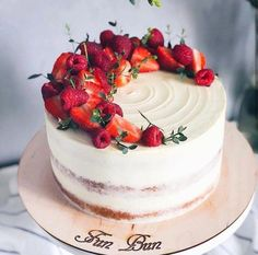 A Simple Birthday Cake Recipe for Homemade Cakes - New ideas Homemade Cake Recipes, Baking Recipes, Dessert Recipes, Pastry Recipes, Dessert Ideas, Mini Cakes, Cupcake Cakes, Fruit Birthday Cake, Rustic Birthday Cake