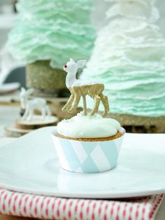 The holiday experts at HGTV.com share step-by-step instructions for creating food-safe painted deer to top Christmas cupcakes.