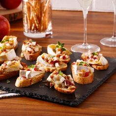 Apple, Brie and Walnut Crostini - Caty& Recipes - - Brie, Cheap Appetizers, Appetizer Recipes, Soup Appetizers, Crostini, Bruschetta, Snacks Sains, Yummy Food, Good Food