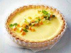 Anna sitruunatortun jäähtyä kunnolla ennen tarjoilua, jotta täyte kiinteytyy. Tarjoa paloiteltujen hedelmien kanssa.