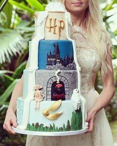 Harry Potter wedding cakes for hardcore fans. Harry Potter Torte, Harry Potter Wedding Cakes, Cumpleaños Harry Potter, Harry Potter Birthday Cake, Geek Wedding Cakes, Beautiful Cakes, Amazing Cakes, Harry Potter Fiesta, Harry Potter Bricolage