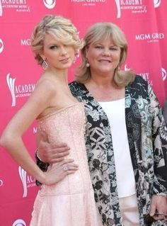 Taylor and mom, Andrea Swift! So many RARE pictures!