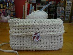 cartera trapillo (14) Crochet Phone Cases, Diagram Chart, Crochet T Shirts, Crochet Clutch, T Shirt Yarn, Chrochet, Merino Wool Blanket, Purses And Bags, Sewing Projects