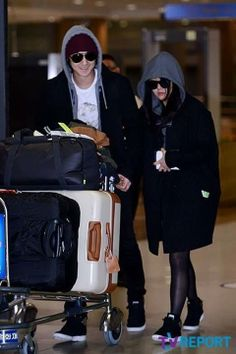Moon Geun Young and Kim Bum return to Korea from their vacation - Latest K-pop News - K-pop News Kim Bum, Moon Geun Young, Airport Style, Airport Fashion, Korean Star, Red Carpet Fashion, K Idols, Korean Fashion, Celebrity Style