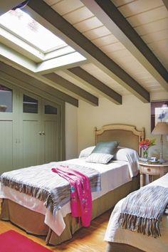 Saca partido de la buhardilla para ganar un dormitorio más en casa. Habilítala como tal, abre una ventana de Velux y climatiza adecuadamente en caso necesario. El armario empotrado, hecho a medida, sigue la inclinación del techo. Artículo original de Casa Diez.