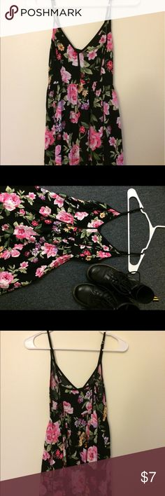 Delicate summer floral dress Forever 21 floral dress Zips up, adjustable shoulder straps A-line, very flattering! Worn a few times before but in excellent condition! Forever 21 Dresses