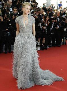 Naomi Watts também arrasou com um longo cinza de plumas desenhado pelo estilista libanês Elie Saab Foto: Joel Ryan / Joel Ryan/Invision/AP :-)