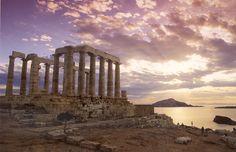 """El Templo de Poseidón:  este lugar, con tan solo contemplar, te hará sentir una sensación única. este tiene vista al Mar Egeo. SlideShare """"Monografía del país de Grecia"""". http://es.slideshare.net/eliolazo2/monografia-del-pais-grecia"""