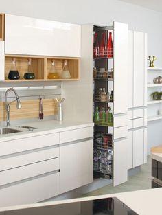 Une large armoire de cuisine qui s'ouvre d'une simple pression sur la façade