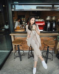 ได้กินกาแฟก็แฮปปี้แล้ว เลี้ยงง่าย 😁☕️ Korean Girl Fashion, Korean Street Fashion, Ulzzang Fashion, Fashion Poses, Fashion Photo, Fashion Outfits, Best Photo Poses, Girl Photo Poses, Japan Outfit