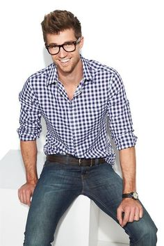 This city casual pairing of a white and navy gingham long sleeve shirt and navy skinny jeans is super easy to pull together in no time, helping you look stylish and ready for anything without spending a ton of time rummaging through your wardrobe. Stylish Men, Men Casual, Casual Shirt, Smart Casual, Look Man, Modern Gentleman, Gentleman Fashion, Gingham Shirt, Blue Gingham