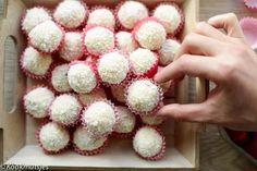 Chocolade kokos truffels | Kookmutsjes Candy Recipes, Sweet Recipes, Christmas Candy Crafts, Macarons, Cooking Cookies, Fancy Desserts, Truffles, Cupcake Cakes, Kitchens