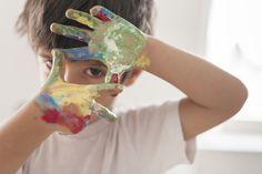 Pequeño niño pintando como un artista Foto gratis | Free Photo #Freepik #photo #freemano #freemanos #freepintura #freearte