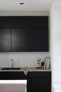 SOFT MINIMALISM - black kitchen units, white splashback and wooden worktop