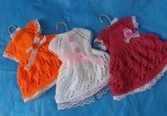 Нашла в интернете отличный мастер класс по вязанию платьев для кукол. Спешу поделиться.