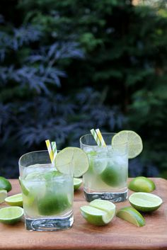 Easy recipe to prepare traditional Brazilian caipirinha cocktails, made with limes, sugar, cachaca rum liquor, and crushed ice. The perfect cocktail for the Brazil World Cup. Cocktail Desserts, Cocktail Drinks, Cocktail Recipes, Alcoholic Drinks, Beverages, Classic Cocktails, Fun Cocktails, Summer Drinks, Drink Recipes