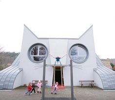 Die Katze by Tomi Ungerer a Cat shaped primary school in Karlsruhe