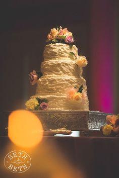 Gorgeous wedding cake #sethandbeth #columbusweddingphotographer #weddingcake