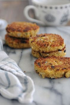 Quinoa patties with spring onions, coriander and basil with grilled eggplants and sweet peas salad Veggie Recipes, Great Recipes, Vegetarian Recipes, Favorite Recipes, Healthy Recipes, Cooking Photos, Cooking Tips, Quinoa Patty, Patties Recipe