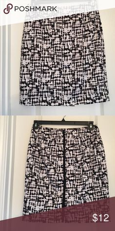Valerie Bertinelli straight skirt!🖤 Super cute cotton plaid skirt. Back zipper hidden by a black line of fabric. Kick pleat in the back. Skirt fully lined inside. Great quality! 😎 Valerie Bertinelli Skirts Pencil