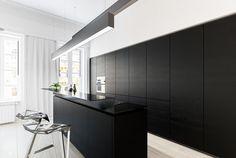 décoration-noir-blanc-cuisine-ilot-central-bar-tabourets-hauts-design