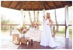 suknia ślubna i bukiety na wesele na stół i nie tylko