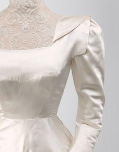 Balenciaga - NOVIAS Vestido de novia en satén de color marfil  1945 Fue el traje de novia de doña Rosario de Aranguren y Palacio, condesa de Monterrón.