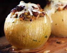 Cipolle ripiene con il tonno. Scopri in FoodInItaly tutte le ricette regionali della tradizione italiana.