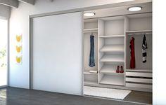 Begehbarer Kleiderschrank hinter einer Zimmertüre. Hier geht es diretk zu den Schiebetüren: https://www.meine-moebelmanufaktur.de/schiebetueren/