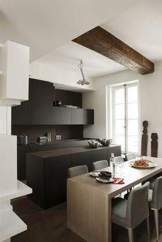 Des placards gris graphique pour sculpter une cuisine ouverte - Maxi placards pour une cuisine moderne - CôtéMaison.fr