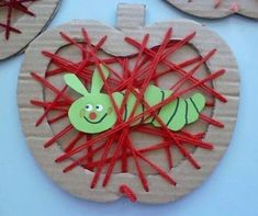 Apple with a worm string art made with cardboard. Fall Art Projects, Projects For Kids, Diy For Kids, Crafts For Kids, Apple Activities, Craft Activities For Kids, Preschool Activities, Yarn Crafts, Diy And Crafts