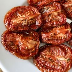 Slow-roasting transforms a great tomato, or even a not-so-great tomato into a luscious, flavor-dense, chewy treat. Oven Roasted Tomatoes, Dried Tomatoes, Roasted Garlic, Cooking Recipes, Healthy Recipes, Pan Cooking, Healthy Salads, Fall Recipes, Healthy Food
