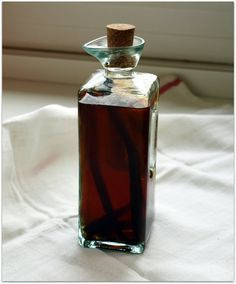 Homemade Vanilla Extract: a vanilla bean, vodka, a dark cabinet, and time! Vodka, Tequila, Fun Drinks, Healthy Drinks, Vanilla Extract Recipe, How To Make Drinks, Sweet Sauce, Whisky, Russian Recipes