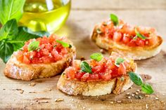 tasty savory tomato italian appetizers or bruschetta on slices of toasted baguette garnished with basil close up on a wooden board Bruchetta, Bruschetta Recept, Italian Appetizers, Italian Antipasto, Ciabatta, Spanish Food, High Tea, Pain, Good Food