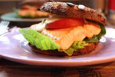 Low Carb Rezepte von Happy Carb: Lachsburger mit Kürbis-Buns - Ein fluffiges Burgerbrötchen mit ordentlich Lachs dazwischen.