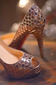 Combina tu pieza de Transparent Sculptural Jewelry/Barcelona-Antic tresor Collection: anillo de escamas o de tridacna marina en bronce, con unos maravillosos zapatos, como éste par diseñado por Christian Louboutin-mermaid shoes de escamas color bronce, para conseguir un look de ensueño.