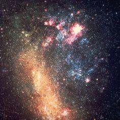 A galáxia mais brilhante visível a partir da Via Láctea é a Grande Nuvem de Magalhães. Visível predominantemente do Hemisfério Sul da Terra, a 160,000 anos-luz de distância. É uma das 11 galáxias anãs que orbitam a nossa Galáxia. É uma galáxia irregular composto por uma barra de estrelas vermelhas velhas, nuves de jovens estrelas azuis, e uma brilhante região vermelha de formação estelar visível perto do topo da imagem chamada Nebulosa da Tarântula. A supernova mais brilhante dos tempos…