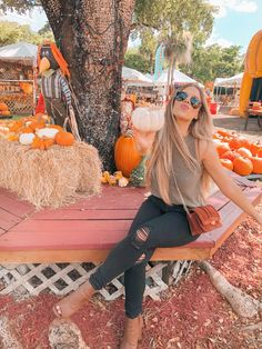 Pumpkin Patch via Love this look for a warm, fall day! Simple yet sophisticated. Holiday Outfits Women, Cute Fall Outfits, Fall Winter Outfits, Autumn Winter Fashion, Fall Fashion, Autumn Fall, Bild Outfits, Mode Outfits, Urban Outfitters Jeans