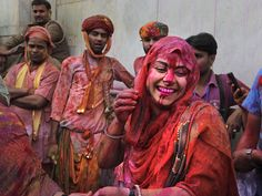 Stunning Photos of Holi, The Hindu Festival of Colors. Image: People celebrating Holi in India. Holi Festival India, Holi Festival Of Colours, Holi Colors, Weather In India, India Culture, Indian Government, Hindu Festivals, India People, People Of Interest