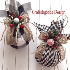Christmas Ornaments – Plaid Xmas Tree Ornaments – Set of 2 Ornaments – Handmade and Design on Plaid Buffalo Black and White Fabric Pattern – Print Decor with a Burlap Bow , Red Berries and Pine Cones – Beautifully and Classic Decoration. Perfect Set of Ha White Christmas Ornaments, Christmas Wreaths, Reindeer Christmas, Reindeer Ornaments, Burlap Christmas Decorations, Wood Reindeer, Ornament Tree, Outdoor Christmas, Christmas Trees With Burlap