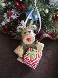 Wine cork Rudolph with Christmas package by theKrazyCrafters Christmas Ornament Crafts, Christmas Wine, Christmas Crafts For Kids, Holiday Crafts, Snowman Ornaments, Wine Craft, Wine Cork Crafts, Bottle Crafts, Wine Cork Art