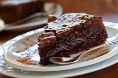 ¿Estás organizando una merienda con tus amigas? ¿Quieres algo rico para hacer para un cumpleaños y no sabes qué? ¿Por qué no intentas con una torta húmeda de chocolate? A pocas personas no les gusta el chocolate, y además la receta de esta torta es fácil de hacer.La torta húmeda de chocolate consta de un biz