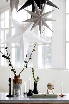 Papiersterne in gedeckten Farben Die Papiersterne in Weiß, Grau und Schwarz sind die schlichte Antwort auf Goldglanz und Lametta – und dürfen deshalb auch über die Weihnachtszeit hinaus unser Wohnzimmer schmücken. Preis: Ab ca. 8 Euro. Von House Doctor über royaldesign.de