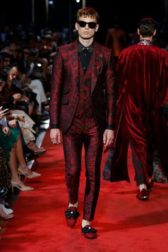 Spring Summer 2020 Sartoria Fashion Show High Fashion Men, Men Fashion Show, Mens Fashion, Fashion Outfits, Tom Ford Suit, Dolce And Gabbana Suits, Exclusive Clothing, Prom Looks, Victoria Dress
