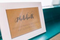 Schild für die Photobooth, welche ihr als kostenlose Vorlage bei uns im Hochzeitsblog findet.  Foto: Franka & Thomas Photographie