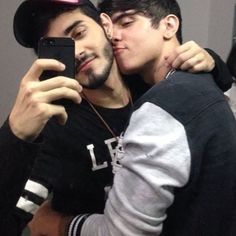 live life , gay love ❤❤ love & affection ❤❤❤ , life is beautiful Tumblr Gay, Cute Gay Couples, Couples In Love, Bisexual Pride, Gay Pride, Gay Lindo, Gay Cuddles, Gay Aesthetic, Men Kissing