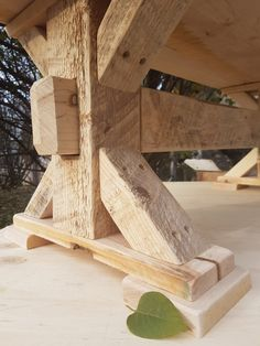 Bilderesultater for timber frame table Farmhouse Dining Room Table, Dinning Room Tables, Dining Table Legs, Wooden Dining Tables, Rustic Table, Rustic Kitchen, Metal Picnic Tables, Diy Picnic Table, Patio Table