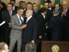 O senador Aécio Neves cumprimenta Michel Temer na cerimônia de sua posse